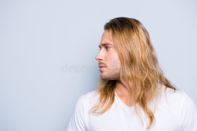 Stäng sig upp fotoet för sidosikten av den stiliga unga mannen med borstet och arkivbilder