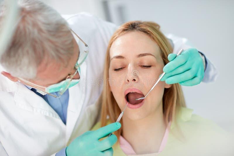 Stäng sig upp fotoet till den kvinnliga patienten på tandgranskning royaltyfria foton