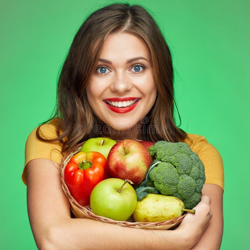 Stäng sig upp framsidaståenden av att le kvinnan med frukter och vegetabl fotografering för bildbyråer