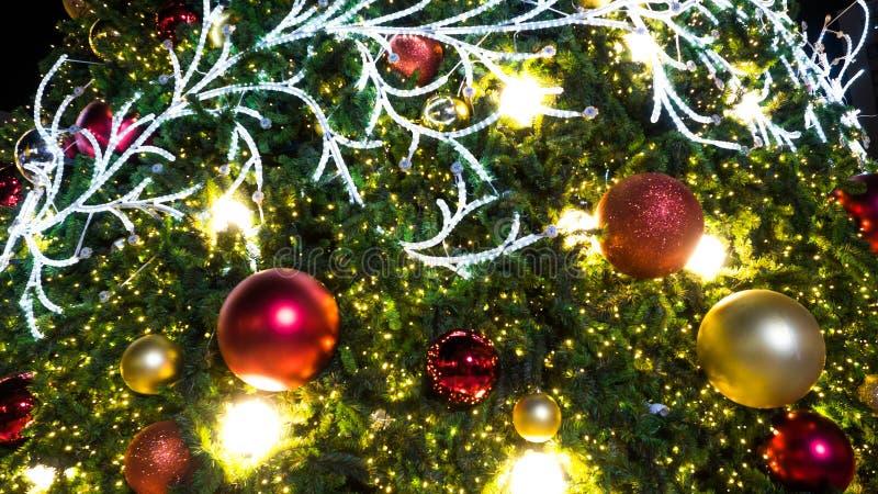 Stäng sig upp garneringar på träd för julberömfestival och ljus bokehbakgrund fotografering för bildbyråer