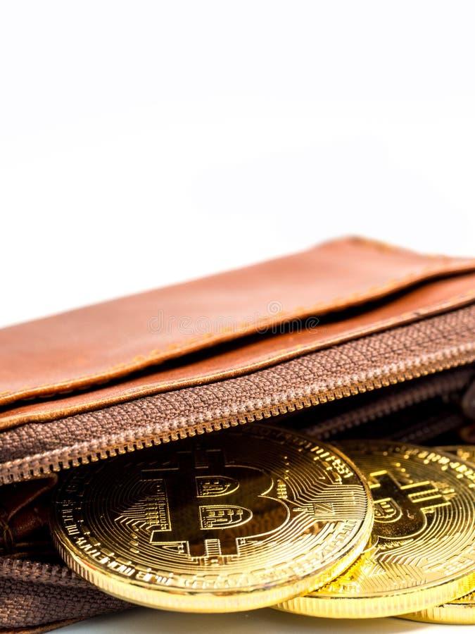 Stäng sig upp guld- mynt för bitcoin med plånboken på den vita bakgrunden Faktiskt cryptocurrencybegrepp fotografering för bildbyråer