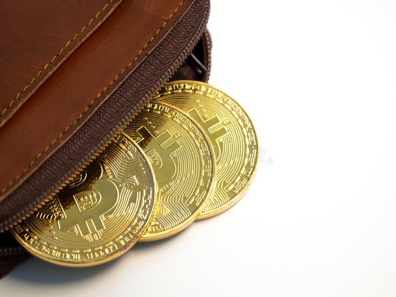 Stäng sig upp guld- mynt för bitcoin med plånboken på den vita bakgrunden Faktiskt cryptocurrencybegrepp arkivbild