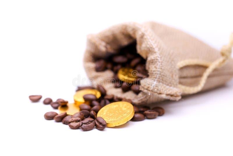 Stäng sig upp guld- mynt på kaffebönan, affär och kaffebegrepp fotografering för bildbyråer