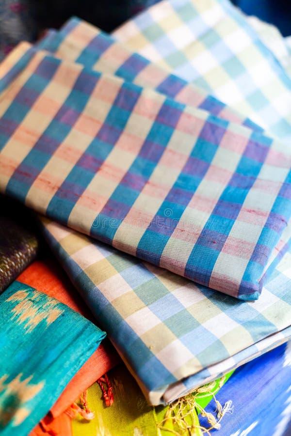 Stäng sig upp handcra för härlig textur för saronger thai traditionell siden- royaltyfria foton