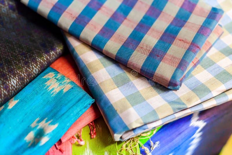 Stäng sig upp handcra för härlig textur för saronger thai traditionell siden- royaltyfria bilder