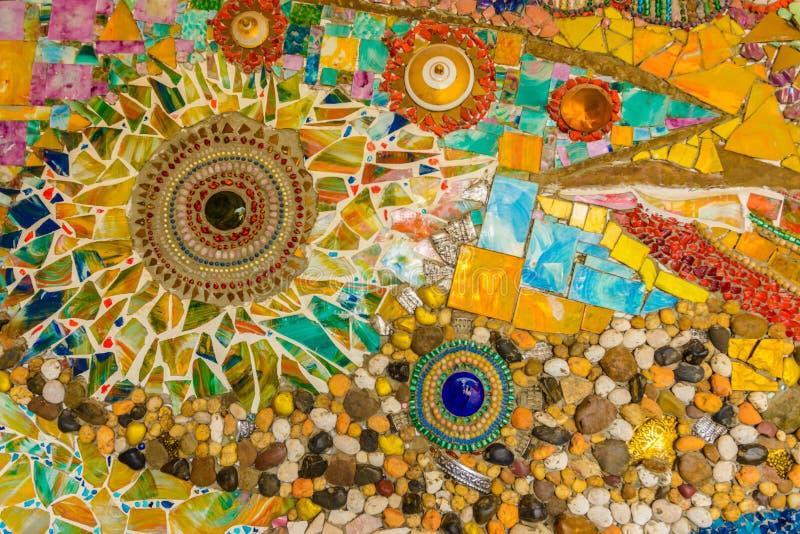 Stäng sig upp handwork på utsmyckat färgrikt keramiskt dekorerade väggen av buddhismpagoden royaltyfri foto