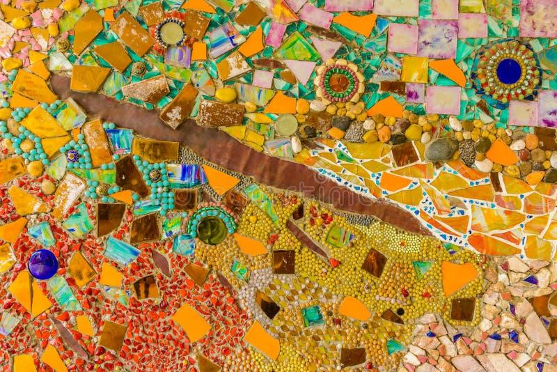 Stäng sig upp handwork på utsmyckat färgrikt keramiskt dekorerade väggen av buddhismpagoden arkivfoton