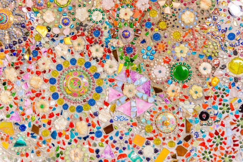Stäng sig upp handwork på utsmyckat färgrikt keramiskt dekorerade väggnollan arkivfoto