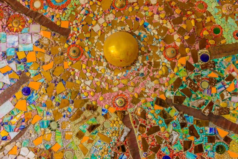 Stäng sig upp handwork på utsmyckat färgrikt keramiskt dekorerade väggnollan fotografering för bildbyråer