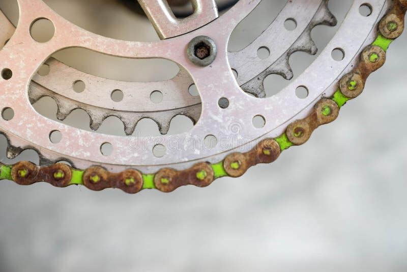 Stäng sig upp hjulet för rostig gammal metall för den selektiva fokusen det chain av tappning arkivbild