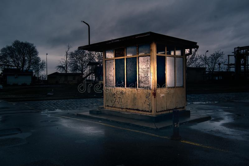 Stäng sig upp hus för vakt för siktsnolla gammalt industriellt Nattfoto i indus royaltyfria foton