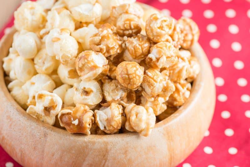 Stäng sig upp, karamellpopcorn i den wood bunken royaltyfri fotografi