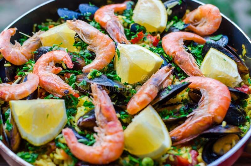 Stäng sig upp klassisk havs- paella med musslor, räkor och grönsaker royaltyfri foto