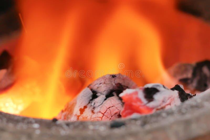 Stäng sig upp kol i branden royaltyfri fotografi
