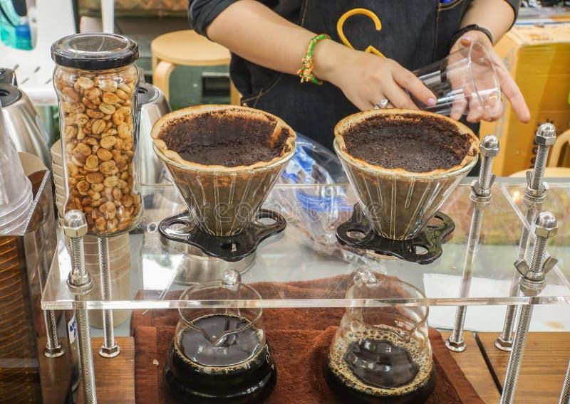 Stäng sig upp kvinnabarista med kaffe för varmt dopp royaltyfri foto
