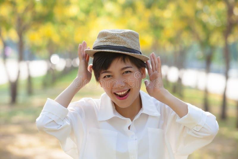 Stäng sig upp lyckasinnesrörelse av asiatiskt skratta för mer ung kvinna royaltyfri foto