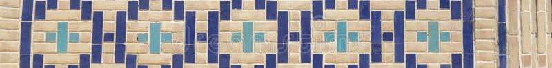 Stäng sig upp modell av östligt arabiskt keramiskt, porslinmosaik Belagd med tegel bakgrund, orientaliska prydnadar från Uzbekist royaltyfri foto
