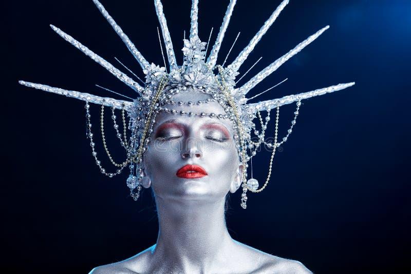 Stäng sig upp modeståenden av en kvinna med kroppmålarfärg som ser som en staty av frihet royaltyfria bilder