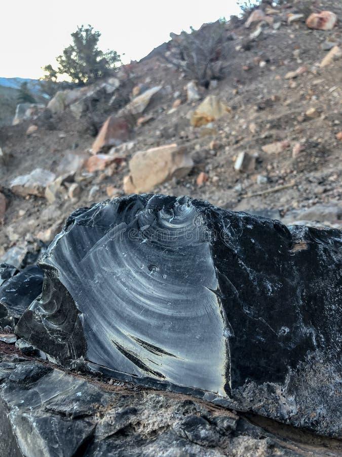 Stäng sig upp Obsidianstyckkristaller på den Panum krater royaltyfria foton