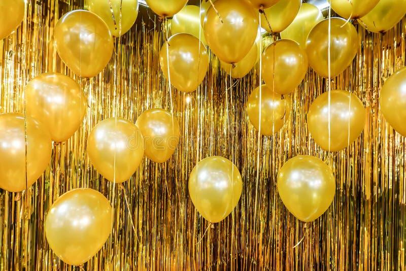 Stäng sig upp och abstrakt begrepp av guld- ballonger för tappning för bakgrund och textur - som används i bakgrund för partiberö arkivbild