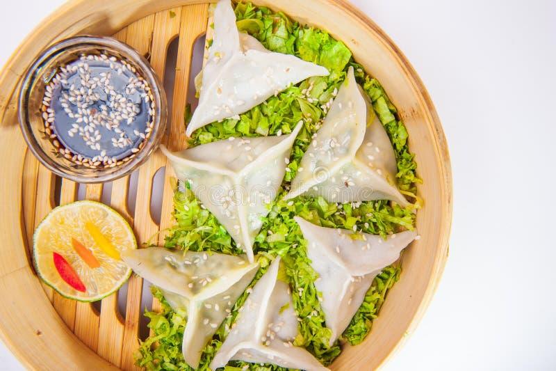 Stäng sig upp olik dim sum och sås i bambuångare på den isolerade vita bakgrunden kinesisk kokkonst Selektiv fokus, bästa sikt arkivfoto