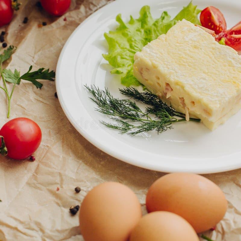 Stäng sig upp omelett med skinka på pergamentbakgrund sammansättningsgurkor isolerade tomatgrönsakgrönsaker fotografering för bildbyråer
