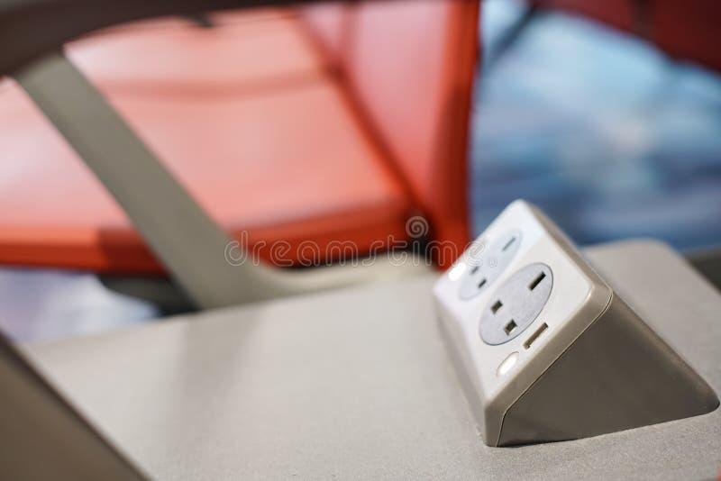 Stäng sig upp på batteriuppladdare på platsen i flygplatsen för handelsresande arkivfoto