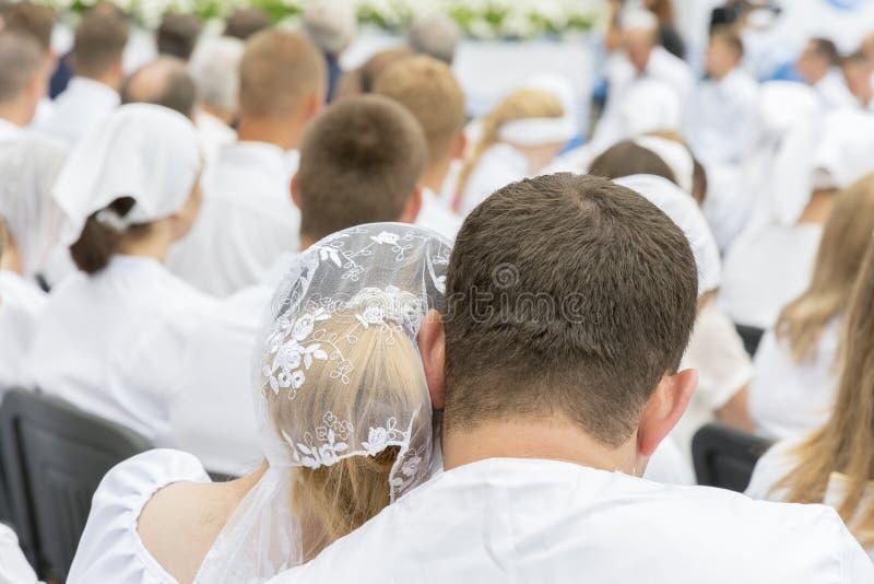 Stäng sig upp på ett älskvärt par Unga par tryckte på försiktigt huvud arkivbild