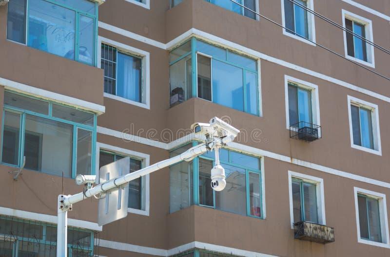 Stäng sig upp på fönster av hyreshus och trafikera kameror arkivfoton