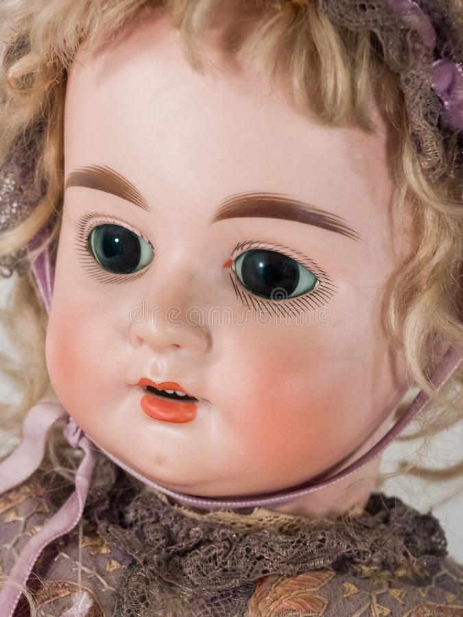 Stäng sig upp på framsida av dockan i klänning och hätta arkivfoton
