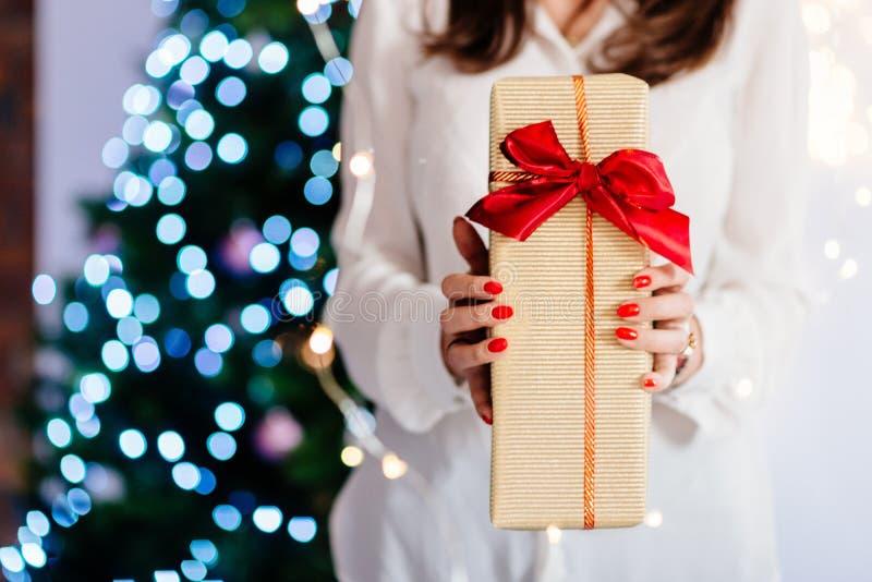 Stäng sig upp på kvinnahänder som ger julklapp royaltyfri fotografi