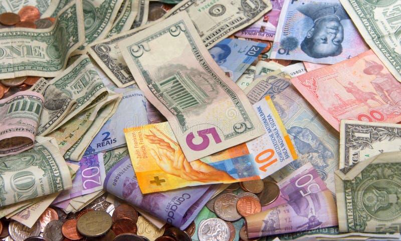 Stäng sig upp på många sedlar och mynt från många länder royaltyfria foton