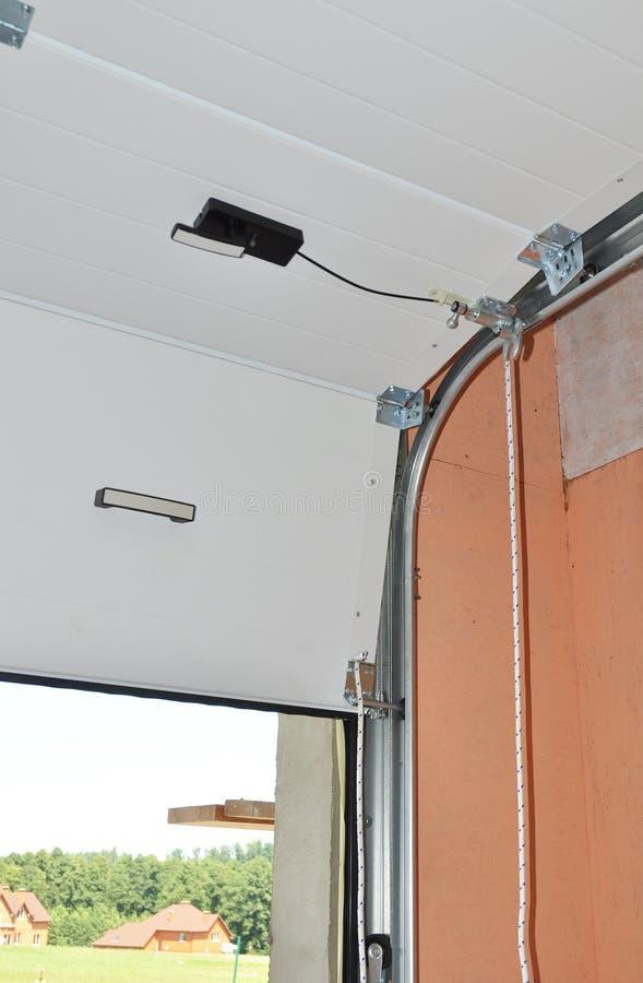 Stäng sig upp på mekanisk mekanism för garagedörröppnare royaltyfri foto