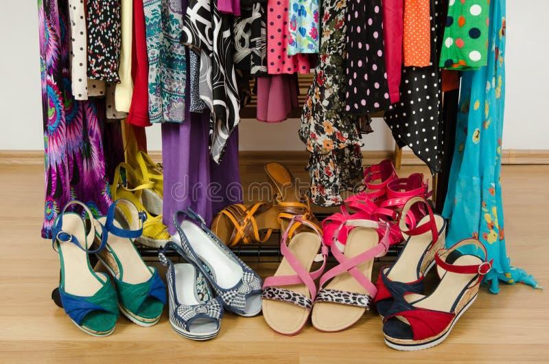 Stäng sig upp på sommarsandaler i en garderob royaltyfria foton