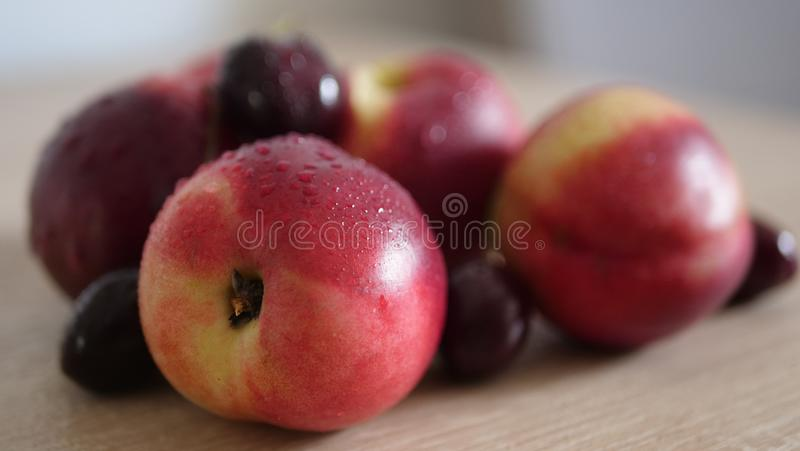 Stäng sig upp persikor på trätabellen arkivbild