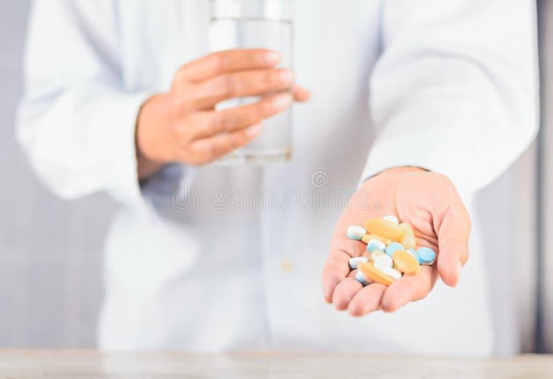 Stäng sig upp preventivpiller förestående, ska ta den manny preventivpilleren fotografering för bildbyråer