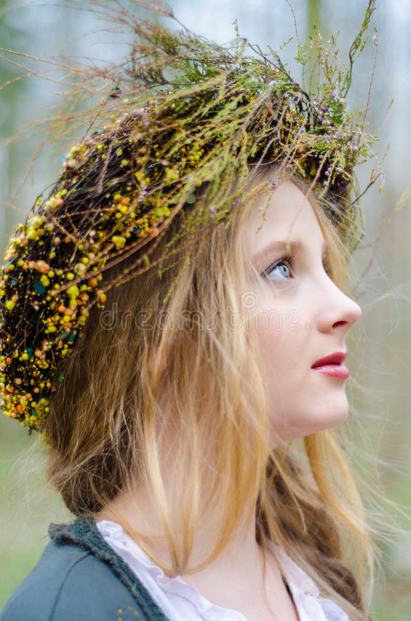 Stäng sig upp profilståenden av en flicka i en folk medeltida stil arkivbilder