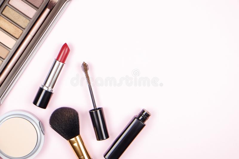 Stäng sig upp sammansättning av överkanten för tabellen för kvinna` s med den färgrika paletten för ögonskugga och olik kosmetisk royaltyfri bild