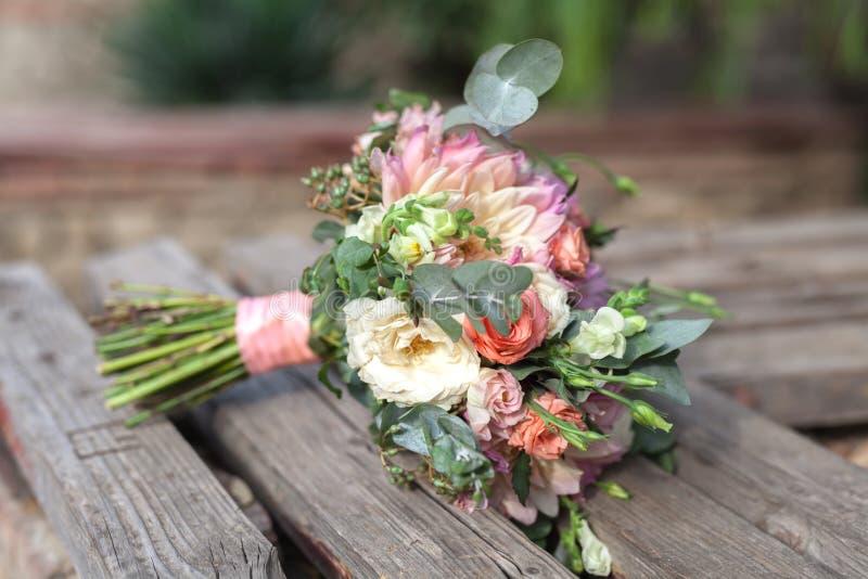 Stäng sig upp sikt av bröllopgarnering på gatan royaltyfria bilder