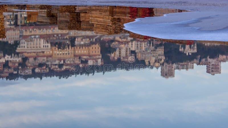 Stäng sig upp sikt av den färgrika reflexionen i vatten av den östliga sidan av ci royaltyfria bilder