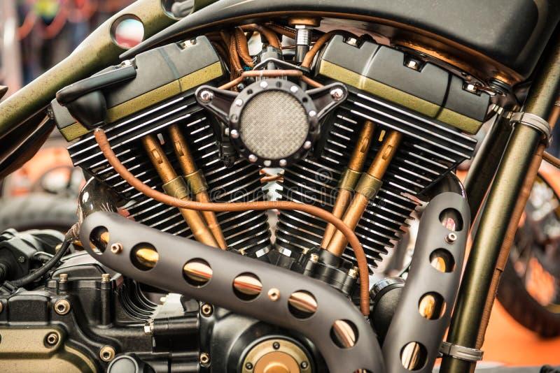 Stäng sig upp sikt av en beställnings- motorcykelmotor royaltyfri foto