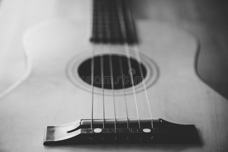 Stäng sig upp sikt av en gitarr som lägger ner på en tabell arkivfoton