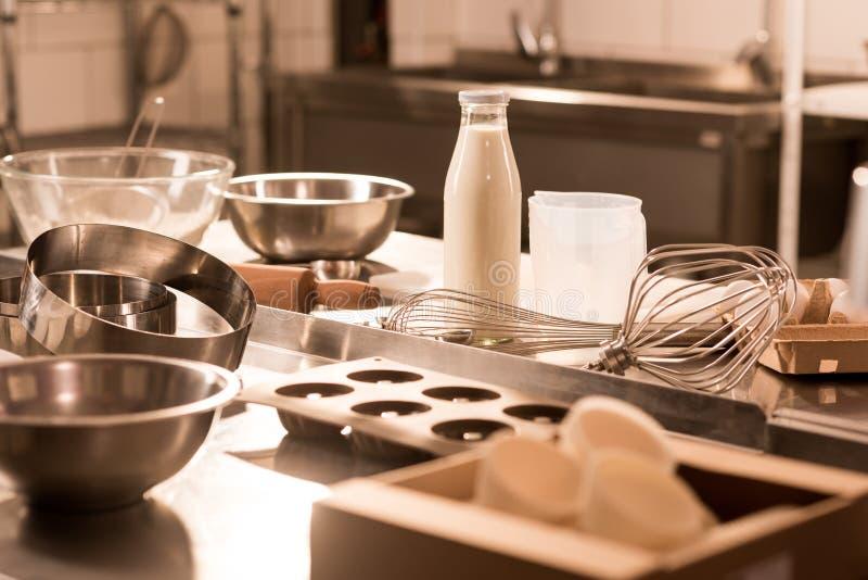 stäng sig upp sikt av ingredienser för deg och köksgeråd på räknare i restaurang royaltyfri bild