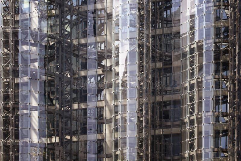 Stäng sig upp sikt av modern glass kontorsbyggnad royaltyfri foto