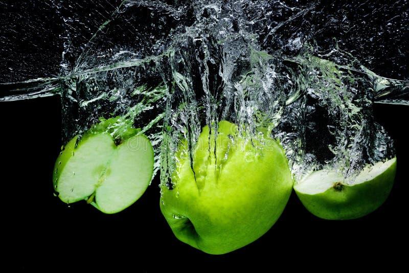stäng sig upp sikt av nya gröna äpplen i vatten arkivbild
