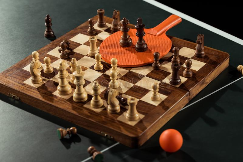 stäng sig upp sikt av tennisracket, boll- och schackbrädet med diagram arkivbild