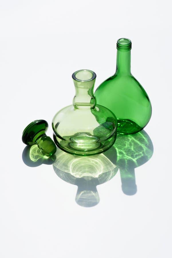 stäng sig upp sikt av tomma glasflaskor och korka royaltyfri foto