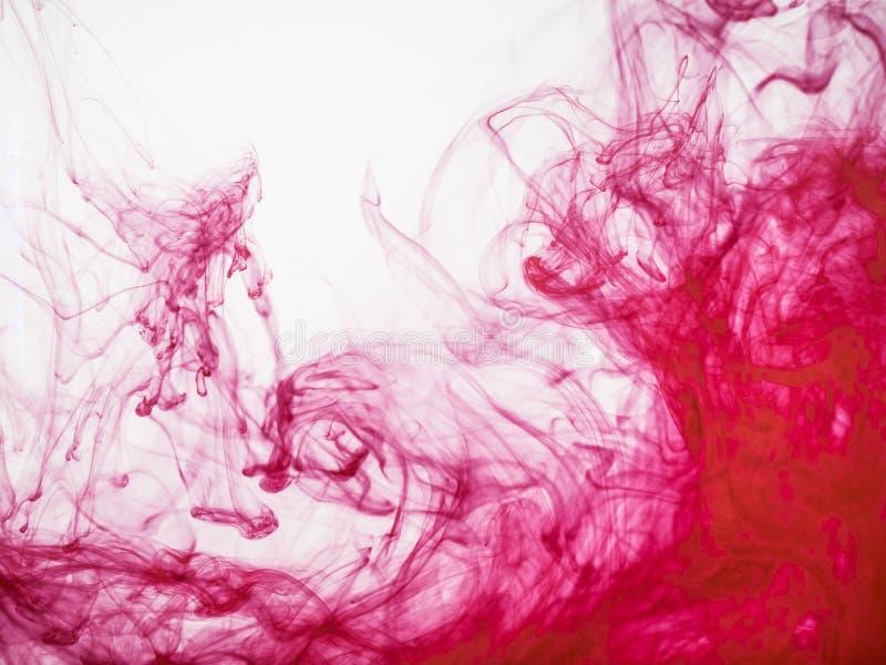 Stäng sig upp sikt på rött akrylfärgpulver under vatten Röd akrylfärgpulverexplosion, abstrakt bakgrund Färgglad färgstänk av mål arkivbild