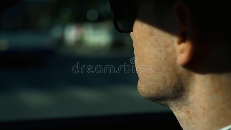 Stäng sig upp sikten av affärsmannen som ser som är bort, medan sitta på baksätet av en bil materiel Affärstur och folk royaltyfria bilder