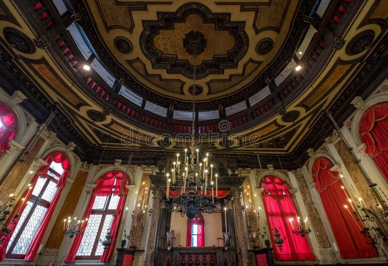 Stäng sig upp sikten av inre av den historiska spanska synagogan Schola Spagniola, Cannaregio, Venedig royaltyfri foto